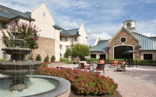 The fountain and seating area in the Staybridge Suites Charlotte Ballantyne courtyard